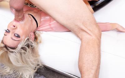 Блондинка делает глубокий слюнявый отсос 11 фото