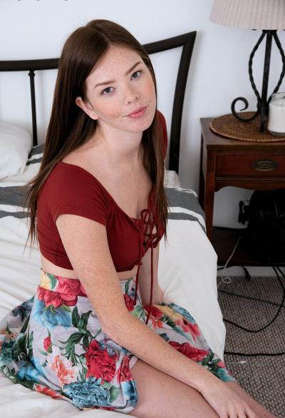 Симпатичная девушка Jade Aikens делает селфи 1 фото