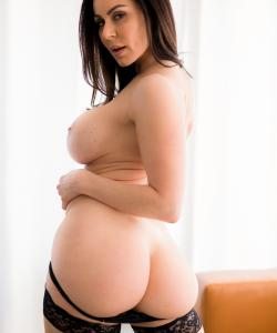 Сексуальная зрелая дама в чулках Кендра Ласт