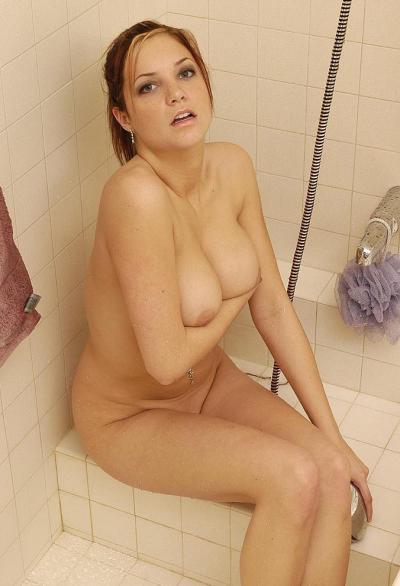 Сисястая жена Ashley принимает душ 4 фото
