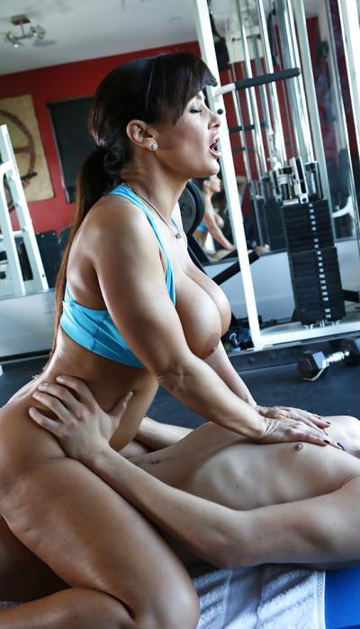 Зрелая порнозвезда трахается в спортзале 10 фото