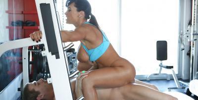 Зрелая порнозвезда трахается в спортзале 13 фото