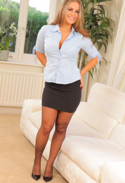 Красивая секретарша Emma K в колготках 1 фото