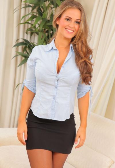 Красивая секретарша Emma K в колготках 3 фото