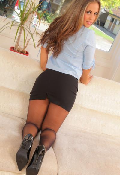 Красивая секретарша Emma K в колготках 6 фото