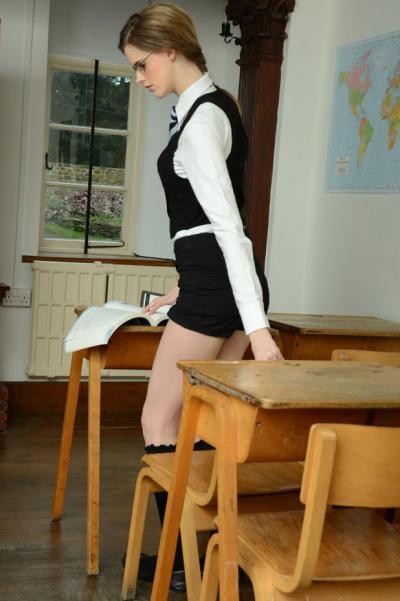 Худенькая студентка разделась за партой 2 фото