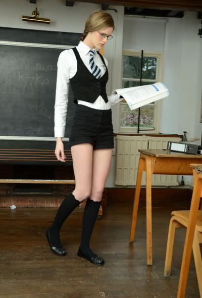 Худенькая студентка разделась за партой 4 фото