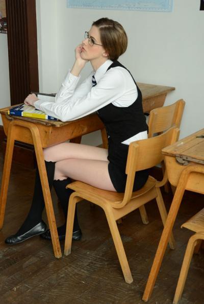 Худенькая студентка разделась за партой 5 фото