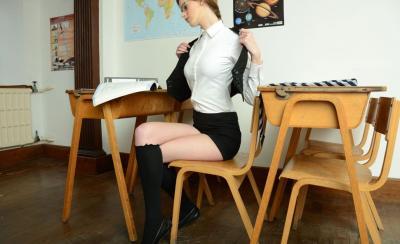 Худенькая студентка разделась за партой 7 фото