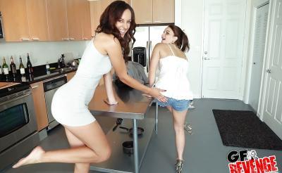 Лесбиянки лижут киски на кухне 5 фото