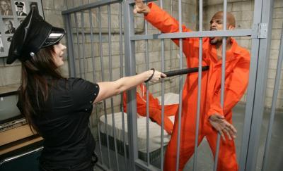 Заключенные трахнули охранницу 3 фото