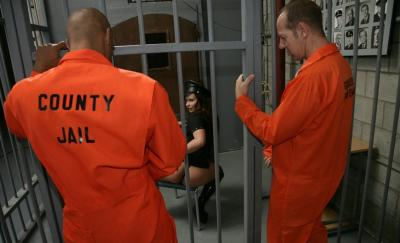 Заключенные трахнули охранницу 4 фото