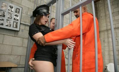 Заключенные трахнули охранницу 5 фото