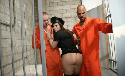 Заключенные трахнули охранницу 6 фото