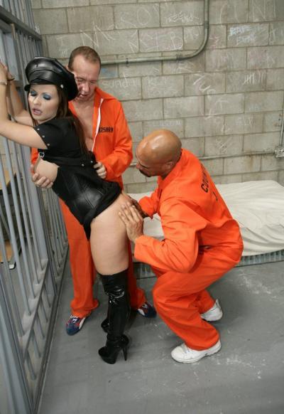 Заключенные трахнули охранницу 7 фото