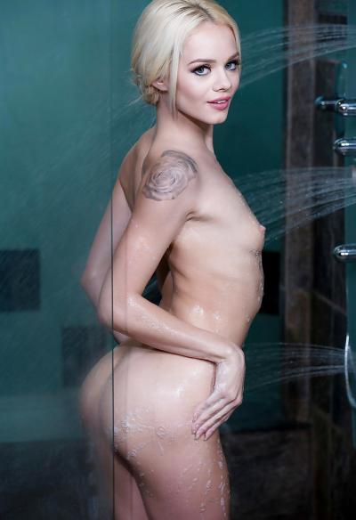 Маленькая блондинка моется в душе 13 фото