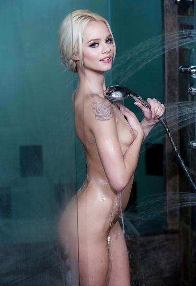 Маленькая блондинка моется в душе 14 фото