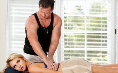 Блондинка развела массажиста на секс 2 фото