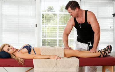 Блондинка развела массажиста на секс 3 фото