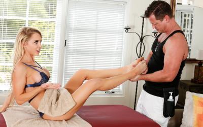 Блондинка развела массажиста на секс 5 фото