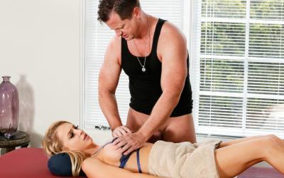 Блондинка развела массажиста на секс 7 фото