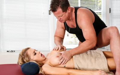 Блондинка развела массажиста на секс 8 фото